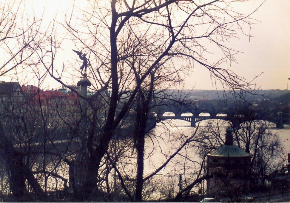 Pohled z Letné na řeku Vltavu v dálce Karlův most