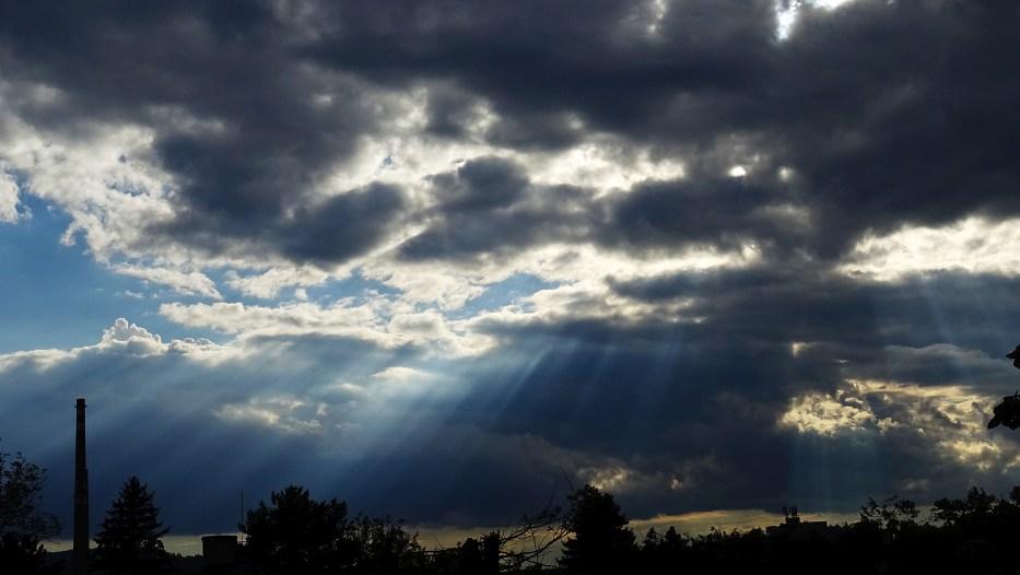 Komín a paprsky Slunce